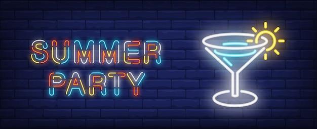 Festa de verão em estilo neon. texto e cocktail coloridos no fundo da parede de tijolo. Vetor grátis
