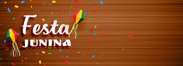 Festa junina celebração banner com pano de fundo de madeira Vetor grátis