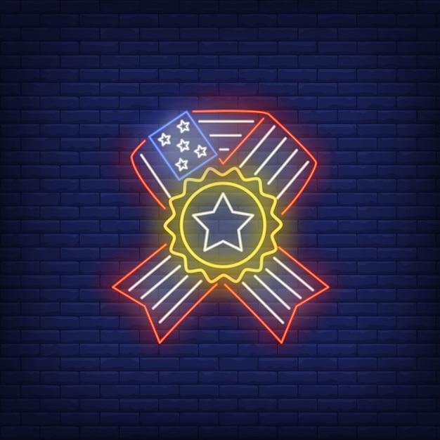 Fita da bandeira dos eua com sinal de néon da estrela. história dos eua, símbolo patriótico. Vetor grátis
