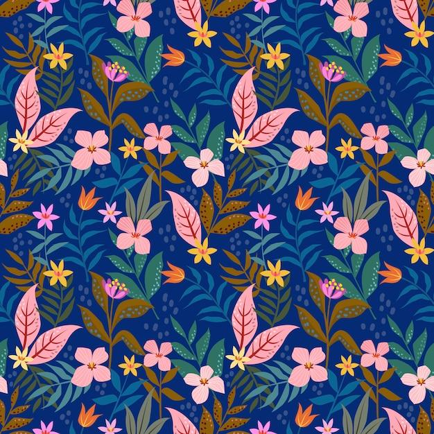 Flores cor-de-rosa pequenas das flores no teste padrão sem emenda do fundo azul. Vetor Premium
