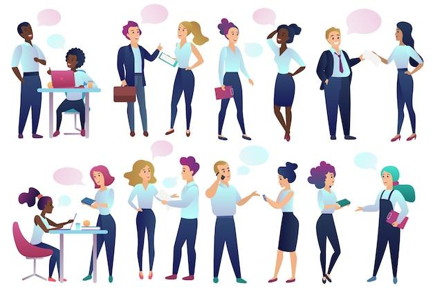 Funcionários de escritório pessoas com bolhas de comunicação de bate-papo falando entre si. Vetor Premium
