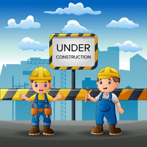 Funcionários trabalhando na construção com plano de fundo da cidade Vetor Premium