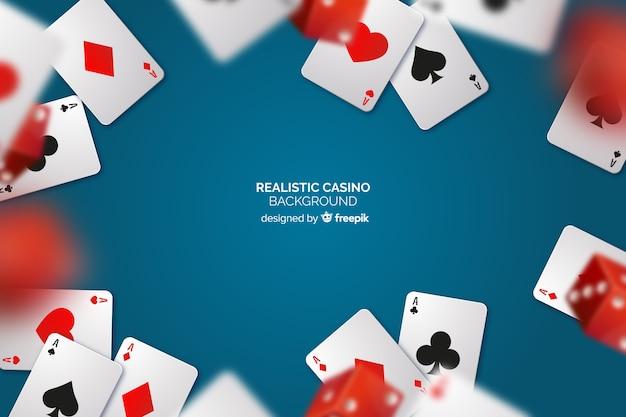 Fundo de mesa de cassino realista com cartões Vetor grátis