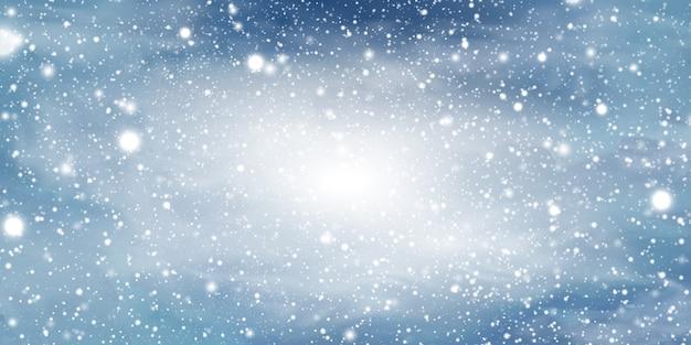 Fundo de natal de inverno natural com céu azul, forte queda de neve, floco de neve, formulários, nevascas. paisagem do inverno com queda de natal brilhante neve linda. Vetor Premium
