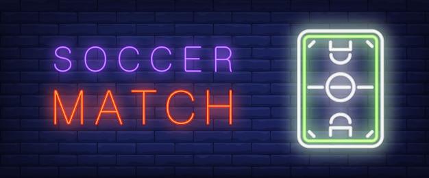 Futebol jogo neon texto com campo de futebol Vetor grátis