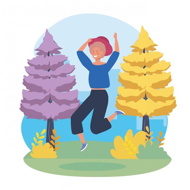 Garota feliz pulando com árvores de pinheiros Vetor grátis