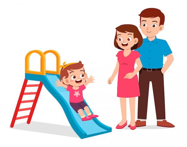 Garota garoto feliz feliz jogar slide com mamãe e papai Vetor Premium
