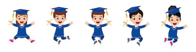 Garoto fofo feliz, meninos e meninas de pós-graduação, pulando com certificado isolado no fundo branco Vetor Premium