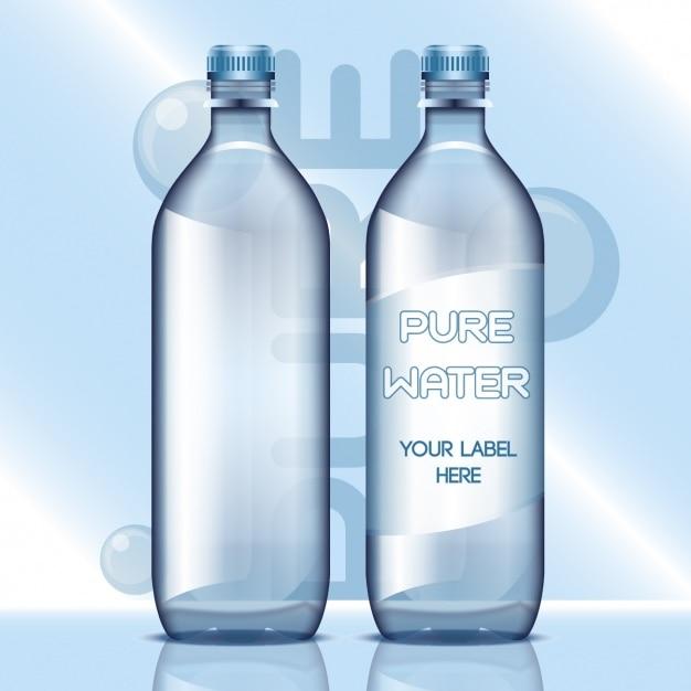 Garrafas de água com etiquetas em branco Vetor grátis