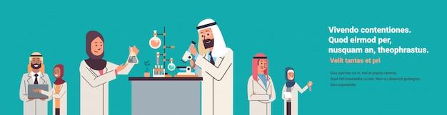 Grupo de cientistas árabes trabalhando banner Vetor Premium