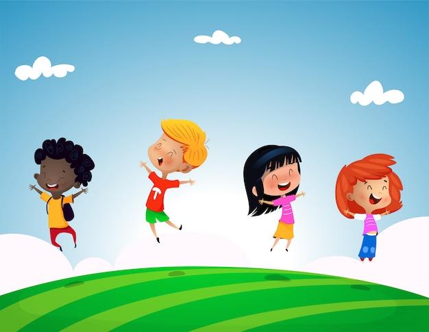 Grupo de crianças pulando na colina de grama com céu azul Vetor Premium