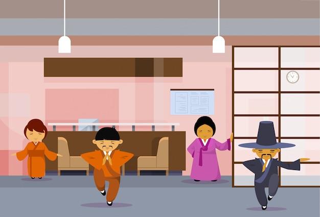 Grupo de empresários asiáticos vestindo roupas tradicionais Vetor Premium