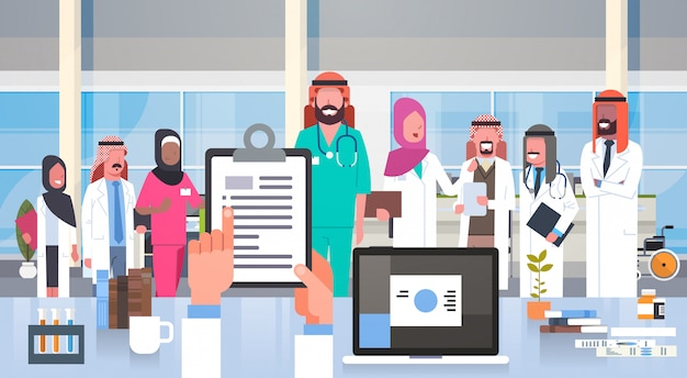 Grupo de equipe médica do hospital de médicos árabes na moderna equipe de funcionários do hospital clínica muçulmano Vetor Premium