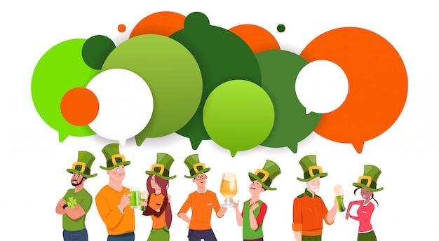 Grupo de jovens em chapéus de duende sobre fundo de bolhas chat comemorar o dia de saint patrick Vetor Premium