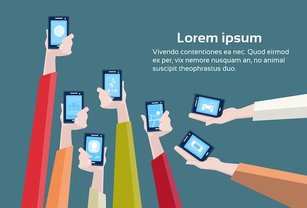 Grupo de mãos segure cell smart phones Vetor Premium