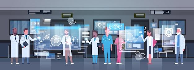 Grupo, de, médicos, usando, monitor digital, trabalhando, em, hospitalar, medicina, e, modernos, tecnologia Vetor Premium