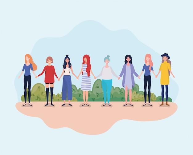 Grupo de mulheres jovens em pé no campo Vetor grátis