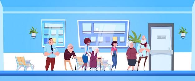 Grupo, de, pacientes, ficar, em, linha, para, doutores, escritório Vetor Premium