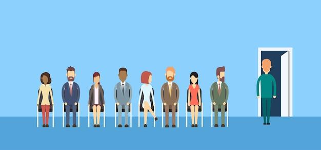 Grupo de pessoas de negócios sentado na porta da fila de linha Vetor Premium