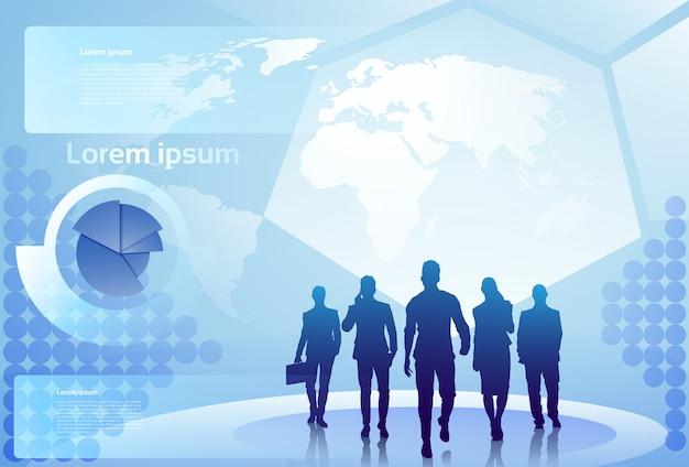 Grupo de pessoas de negócios silhueta caminhando sobre o conceito de equipe de empresários de fundo de mapa mundo Vetor Premium