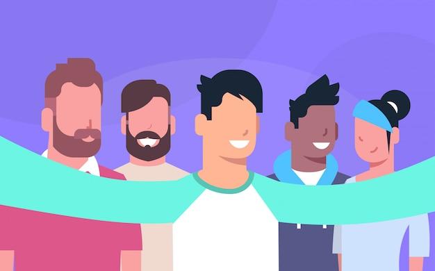 Grupo de pessoas tirando foto selfie juntos fazem auto-retrato Vetor Premium