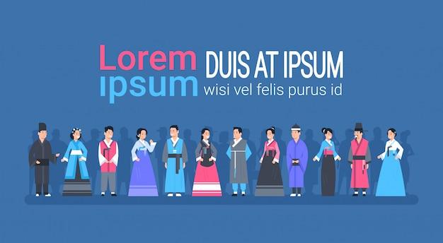 Grupo de povos asiáticos em roupas tradicionais mulheres e homens vestidos em trajes antigos Vetor Premium