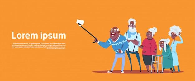Grupo, de, sênior, pessoas, levando, selfie, foto, com, ego vara, americano moderno, avô, e, vó Vetor Premium