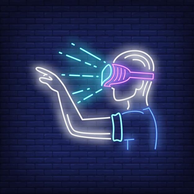 Guy wearing vr óculos de sinal de néon Vetor grátis