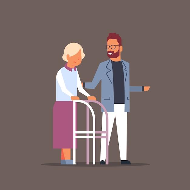 Homem ajudando mulher sênior com andarilho Vetor Premium