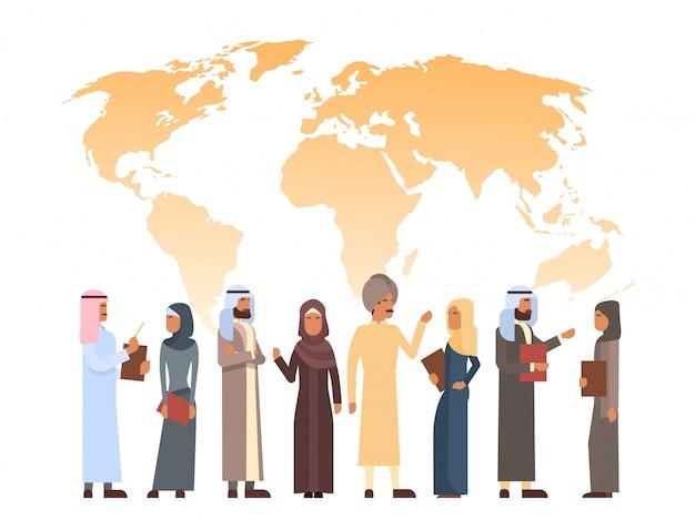 Homem árabe, e, grupo mulher, sobre, mapa mundial, islam homem negócios, executor, que veste roupa tradicional Vetor Premium