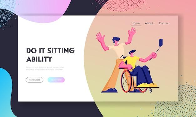 Homem com deficiência física em cadeira de rodas, fazendo selfie em smartphone com seu amigo saudável. Vetor Premium