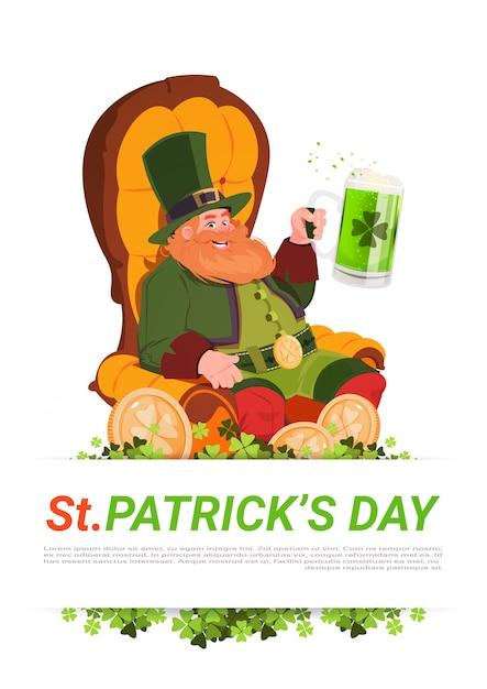 Homem de duende sentado na armchait e beber cerveja no fundo do cartão de dia de são patrício Vetor Premium