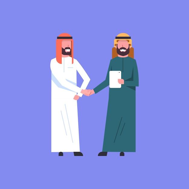 Homem de negócios árabe aperto de mão dois árabe homem de negócios árabe aperto de mãos conceito ... Vetor Premium