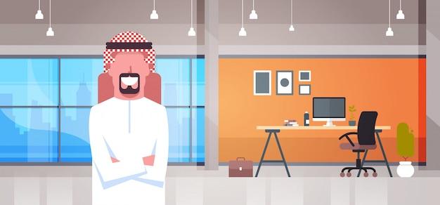 Homem de negócios árabe no escritório moderno, vestindo roupas tradicionais empresário de homem árabe no escritório Vetor Premium