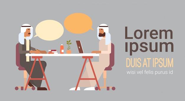 Homem de negócios árabes falando discutindo comunicação chat sentado na mesa de escritório Vetor Premium