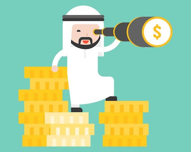 Homem de negócios árabes fica na pilha de moedas de ouro Vetor Premium