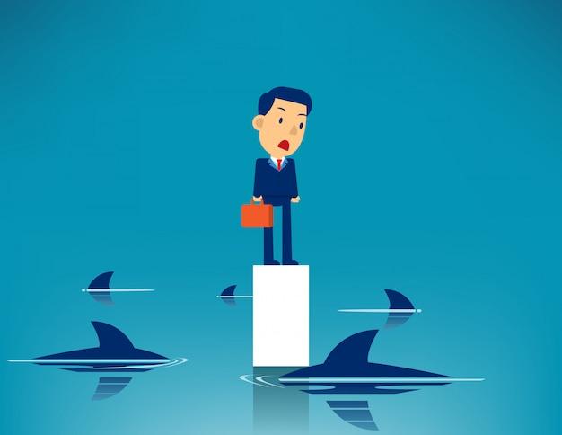 Homem de negócios e tubarão cercado Vetor Premium