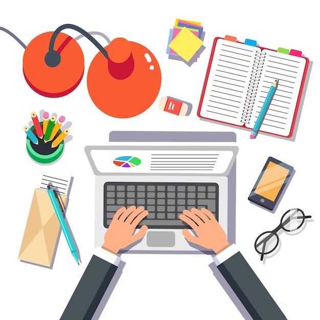 Homem de negócios escrevendo vendas ou relatório em um laptop Vetor grátis
