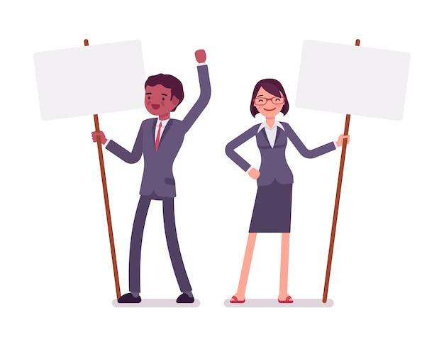 Homem e mulher com sinais de piquete em pé, copie o espaço Vetor Premium