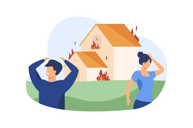 Homem e mulher do lado de fora da casa em chamas. Vetor grátis