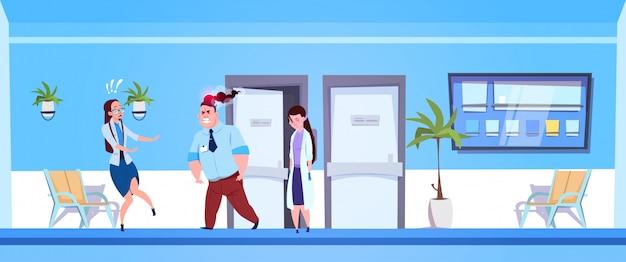 Homem irritado no hospital com equipe de médicos femininos com medo Vetor Premium
