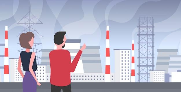 Homem mulher pares olhando planta tubulação desperdício gás tóxico poluição do ar indústria smog poluído conceito povos andar outdoor paisagem industrial retrato horizontal vista traseira Vetor Premium