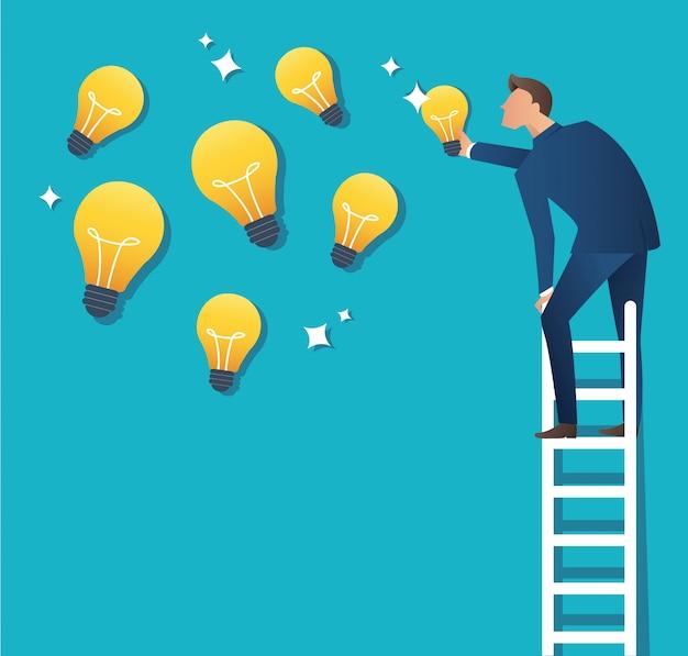 Homem na escada, apontando para a lâmpada amarela Vetor Premium