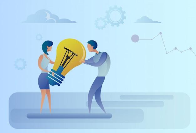 Homem negócio, e, mulher segura, bulbo leve, compartilhar, novo, idéia criativa, conceito Vetor Premium