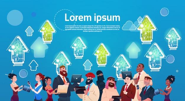 Homem negócio, e, mulher, usando, dispositivo moderno, dispositivos, seta cima, finanças, sucesso, conceito Vetor Premium
