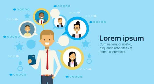 Homem negócios, usando, esperto, telefone, messaging, com, businesspeople, negócio, rede, conceito Vetor Premium