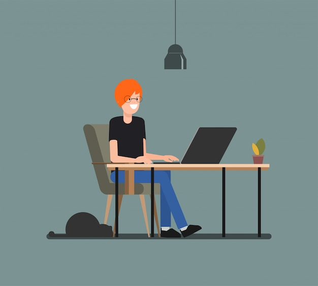 Homem novo que trabalha com o computador no freelancer com um gato. Vetor Premium