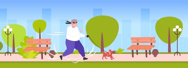 Homem obeso gordo movimentar-se com cão conceito perda de peso outdoor peso urbano conceito parque urbano cityscape fundo comprimento total Vetor Premium