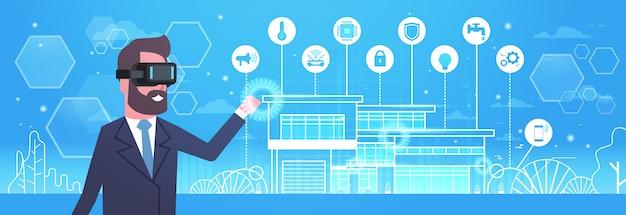Homem que veste os vidros 3d modernos usando a tecnologia home esperta da automatização, da inovação e do conceito da realidade virtual Vetor Premium