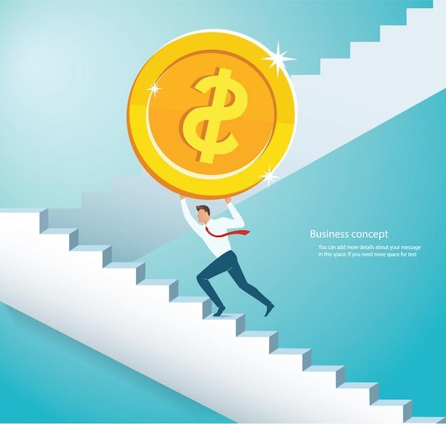 Homem, segurando, a, grande, moeda ouro, escalando, escadas Vetor Premium